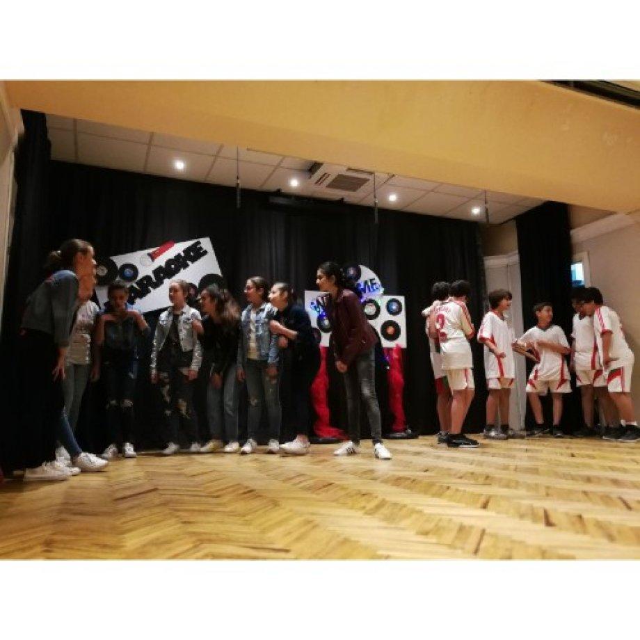 """Özel Tarkmanças Ermeni Okulu'nda gerçekleşen İngilizce Tiyatro Festivalinde 7. Sınıf öğrencilerinin yorumuyla""""High school"""" müzikali."""